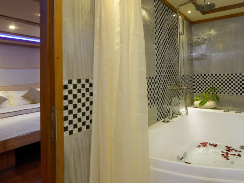LEO Luxury Yacht owners cabin jacuzzi 2